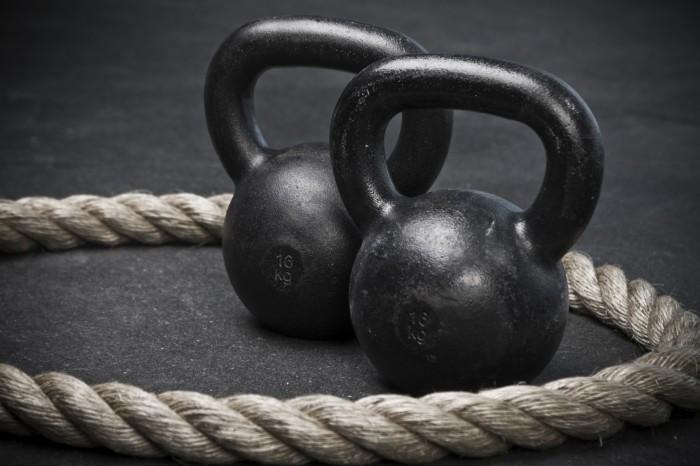 Imagen de dos kettlebells con una cuerda