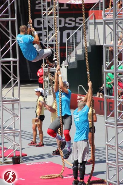 Hombre subiendo la cuerda en los CrossFit Games
