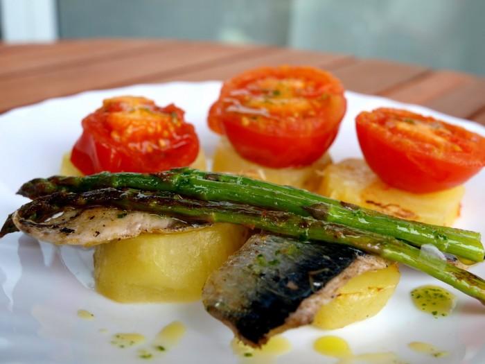 Plato de pescado azul con verduras a la plancha
