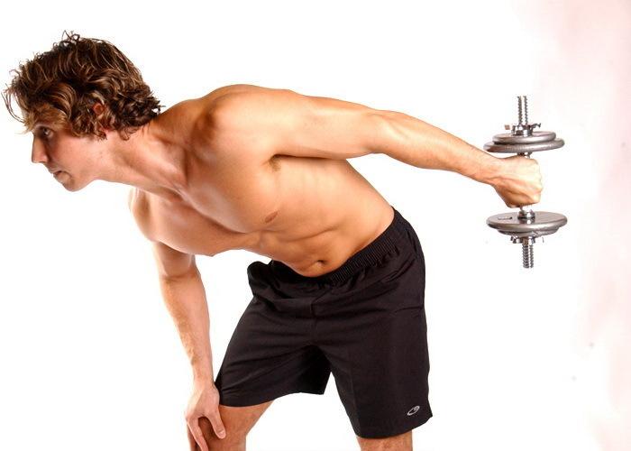 Hombre realizando triceps con una mancuerna