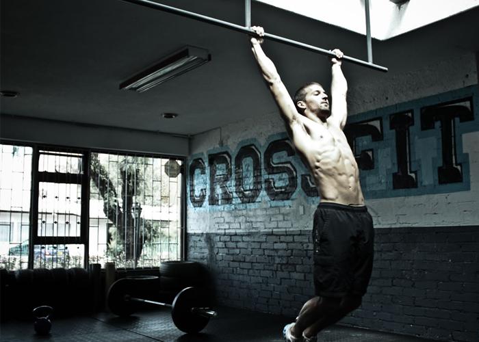 Hombre realizando ejercicio de CrossFit