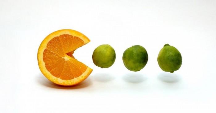 Naranja comiendo limas