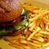 Plato de hamburguesa y patatas fritas