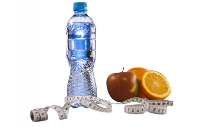 Imagen de botella de agua, manzana y naranja
