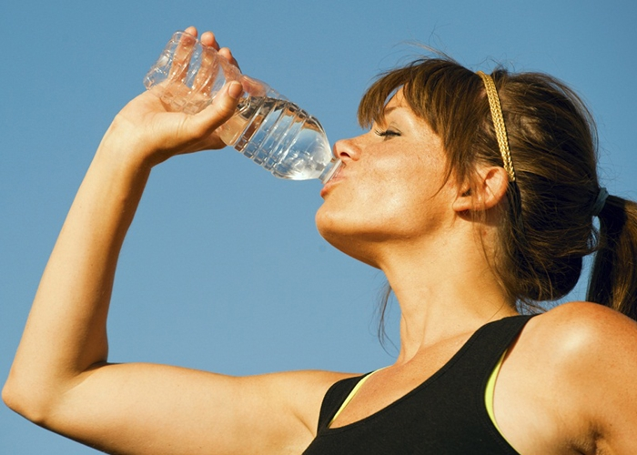 Bebiendo agua embotellada