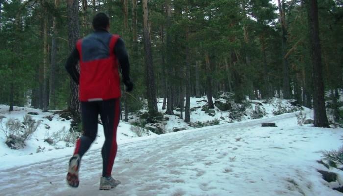Corriendo por la nieve en montaña