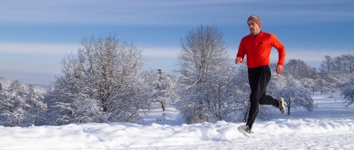 Chico corriendo sobre nieve