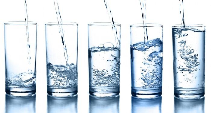 Una fila de vasos de agua