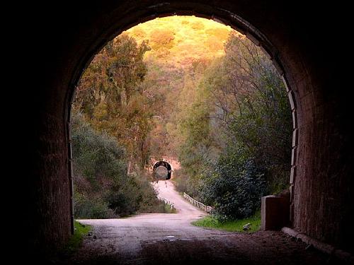 Imagen tomada desde un túnel en una vía verde de Cádiz