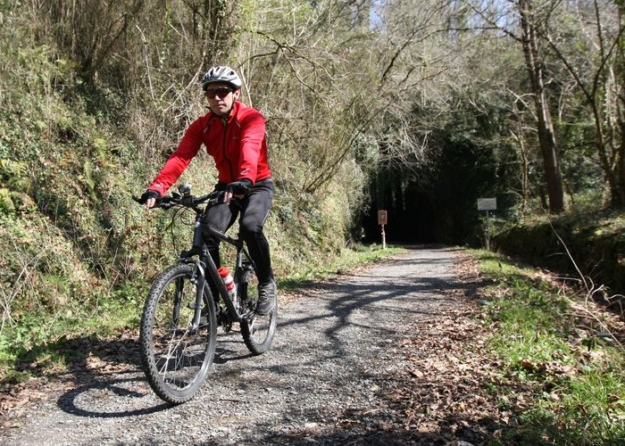Ciclista utilizando una vía verde