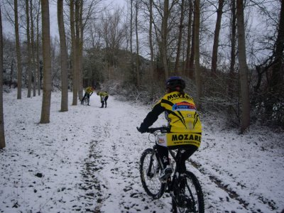 Un ciclista circula con nieve