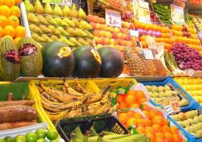 Mercado en el que se ofrecen muchas frutas