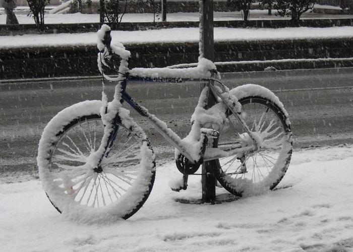 Bicicleta cubierta de nieve