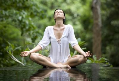Mujer practicando Yoga en un ambiente natural