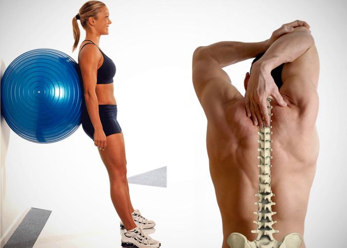 Chica con fitball y hombre dolorido de la espalda