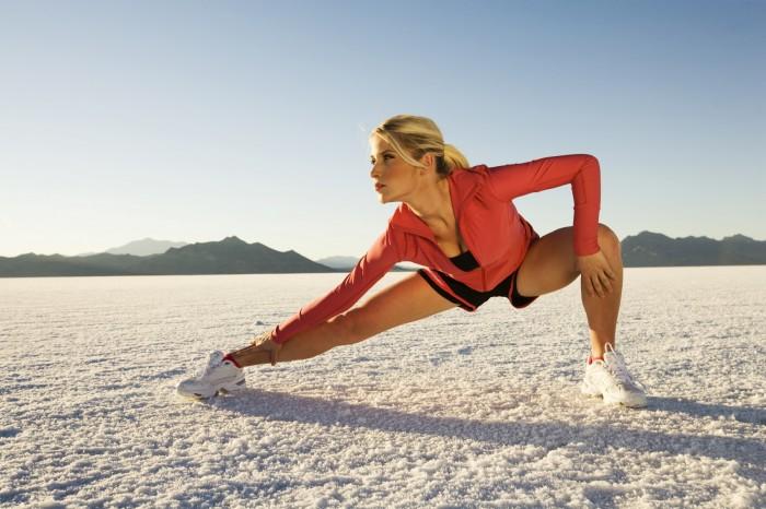 Chica estirando y demostrando su flexibilidad