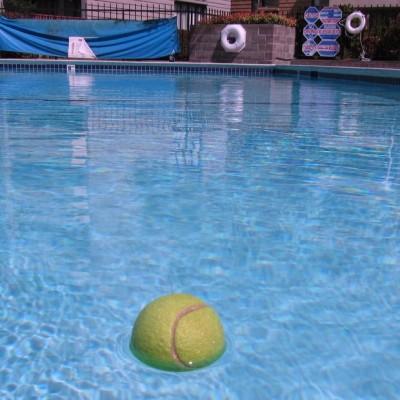 Pelota de tenis en el agua