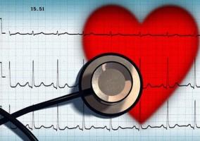 Fonendoscopio examinando la salud general del corazón