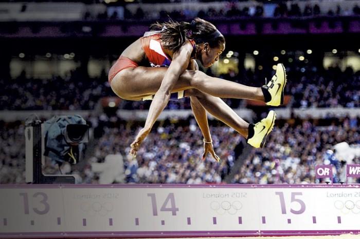 Atleta en pleno vuelo