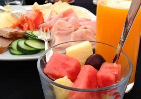Variedad de alimentos en el desayuno