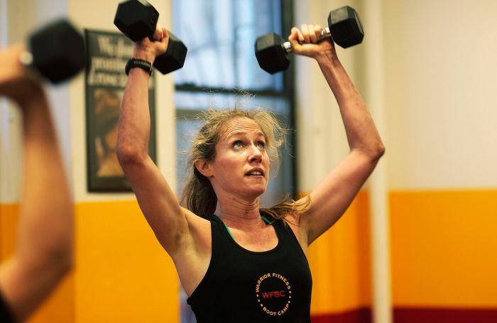 mujer pesas
