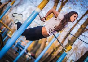 Chica entrenando en la calle