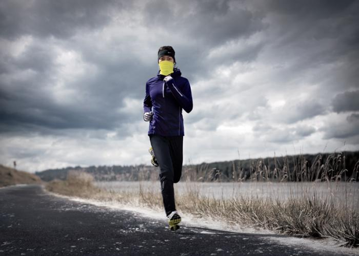 Chica corriendo en clima frío