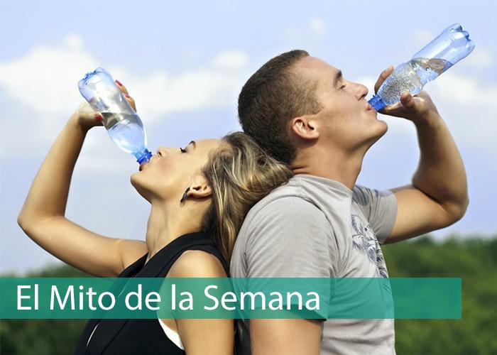 Bebiendo agua en pareja tras una carrera