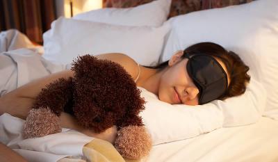 Mujer durmiendo con osito de peluche