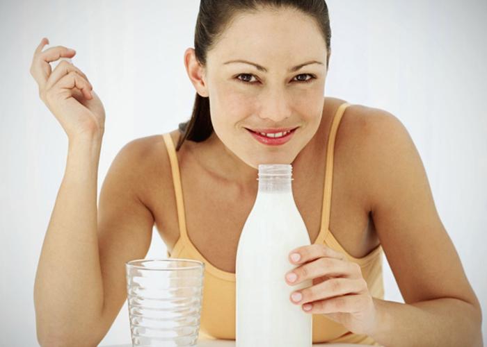 Mujer tomando leche