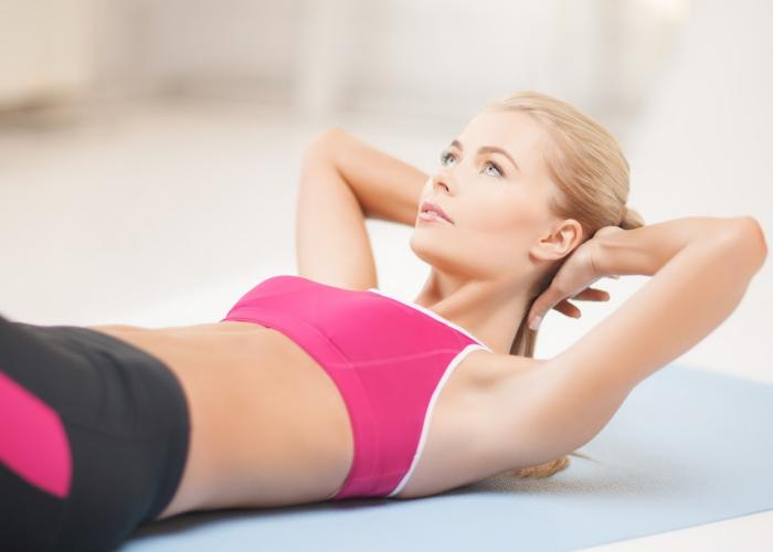Chica en plena clase de Pilates