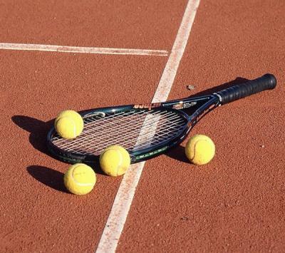 Raqueta de tenis y bolas