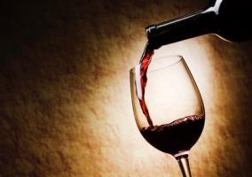 Echando vino