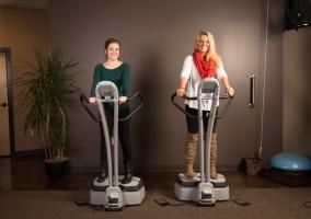 Dos mujeres sobre plataformas vibratorias