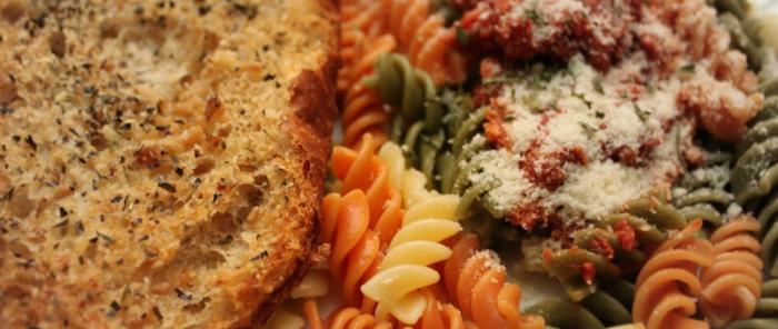Rebanada de pan y pasta con queso