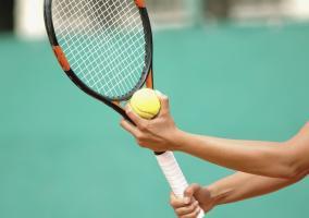 Raqueta y tenista sujetándola