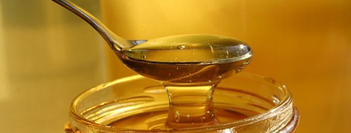 Cuchara y bote de miel