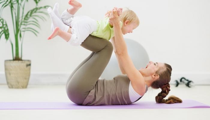 Madre y bebé ejercitándose en casa