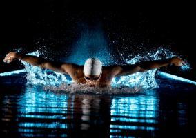 Nadador en pleno reto motivado