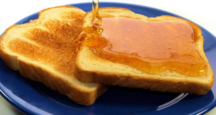 Tostadas de miel en plato azul