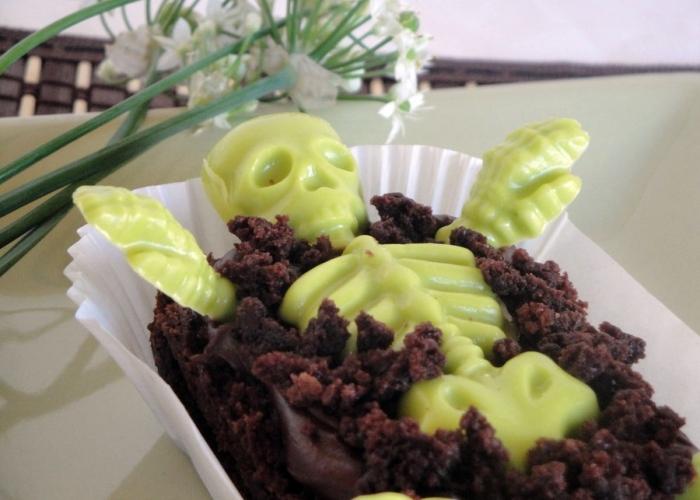 Bizcocho de chocolate con esqueleto de gominola