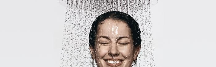 Chica tomando una ducha templada