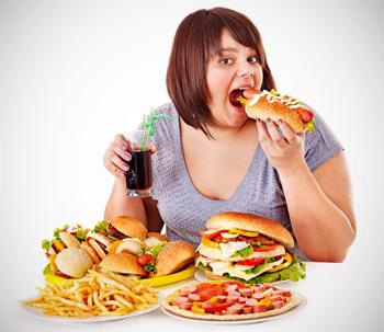 Chica comiendo alimentos muy calóricos