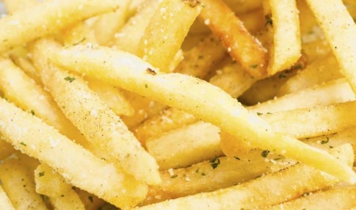 Patatas fritas con sal y aderezo