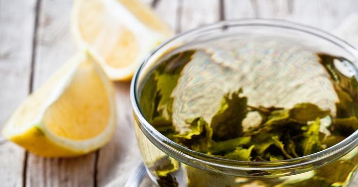 Taza de té verde con limón