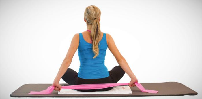 Mujer utilizando bandas para una clase de Pilates