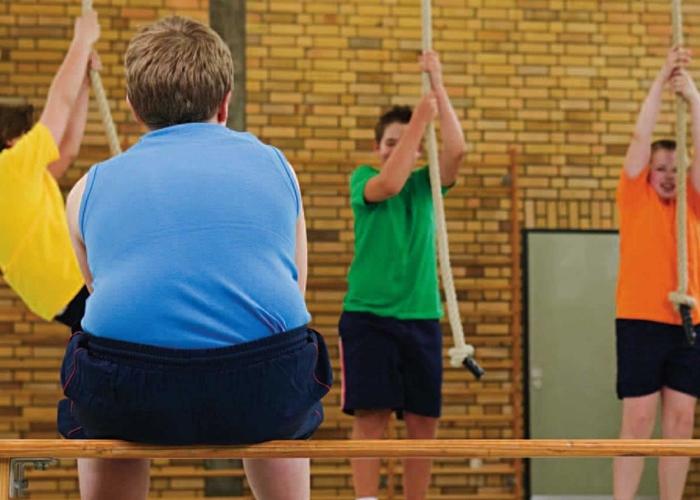 Niño obeso en clase de EF