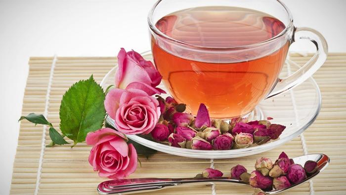 Taza de bebida de rosas