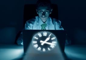 Informático trabajando de noche