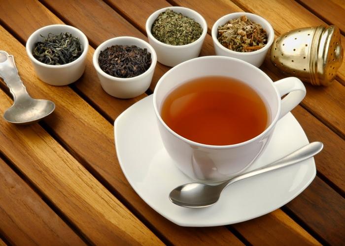 Taza de té y varios tés sin hacer
